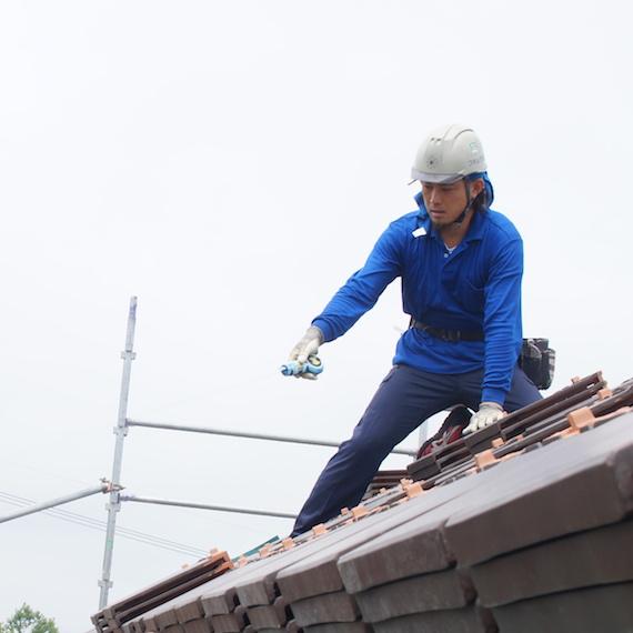 瓦葺き作業の様子