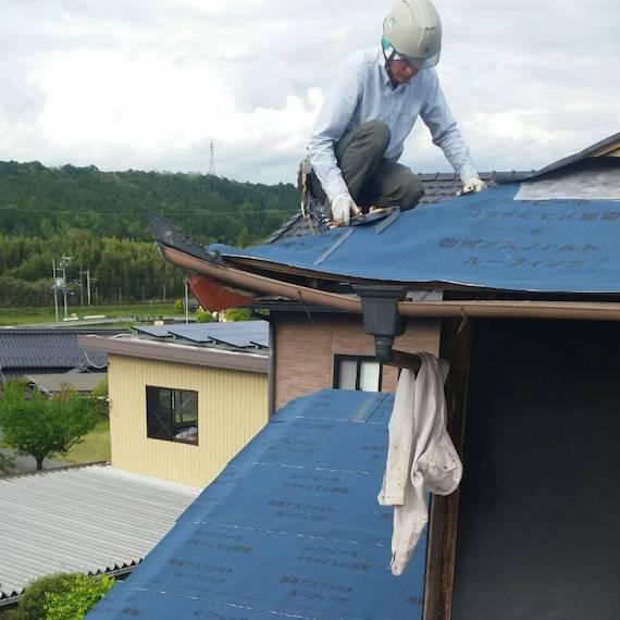 屋根修繕作業風景